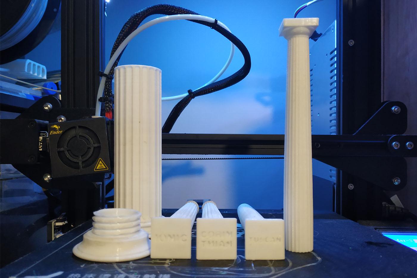 Impresora 3D con columnas clásicas impresas